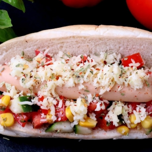 Hot Dog de Frango com Legumes Coloridos e Queijo