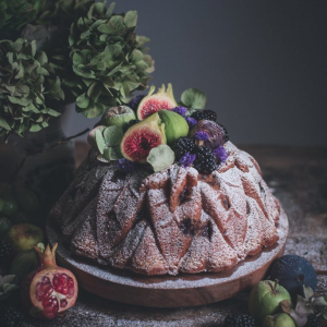 Bolo de banana, amora e noz // Banana, blackberry and pecan bundt cake