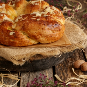 Folar de Amêndoa {Sweet Almond Easter Bread}