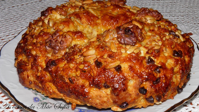 Bolo rei com pepitas de chocolate, pinhão e nozes / King cake with chocolate chips pine nuts and walnuts