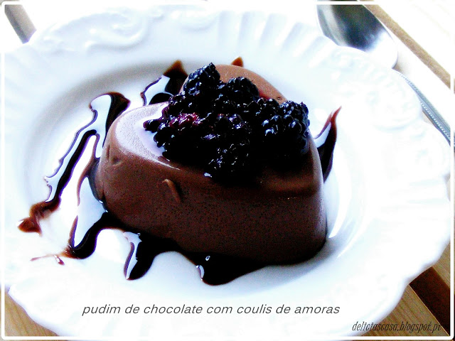pudim de chocolate com coulis de amoras