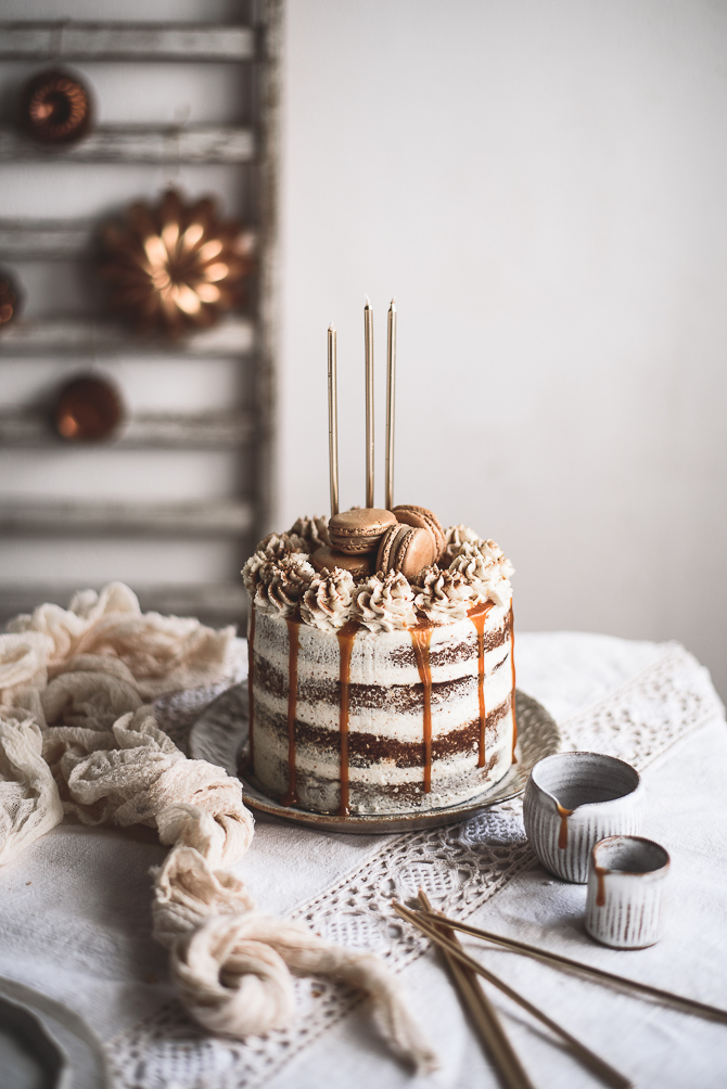 Bolo de noz e maçã com mascarpone de canela e caramelo salgado // Apple and walnut cake with cinnamon mascarpone and salted caramel
