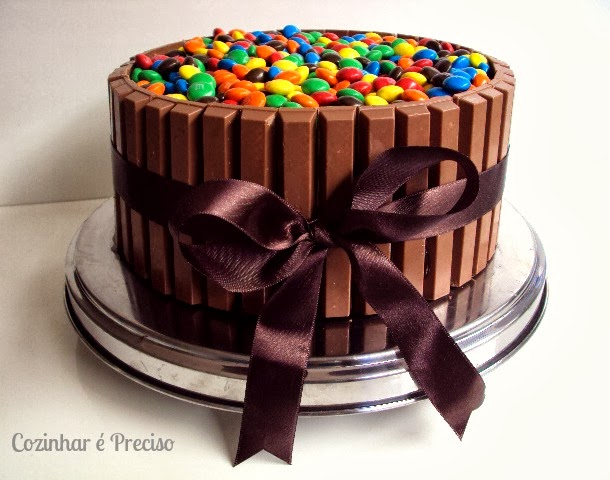 Bolo de Chocolate com Kit Kats e M&M's