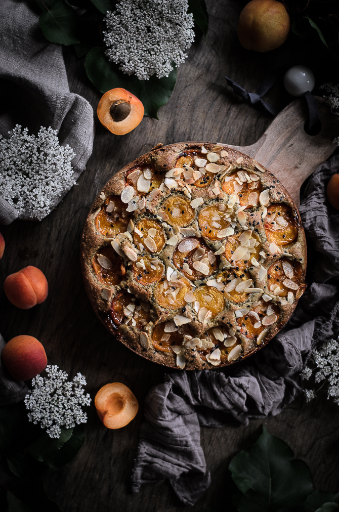 Bolo de alperce, amêndoa e sésamo // Apricot, almond and black sesame buckle cake