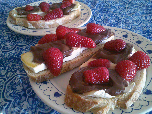 Bruschetta de Camembert com Morangos e Chocolate