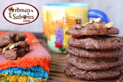 Cookies de chocolate com pedaços de chocolate e pistache