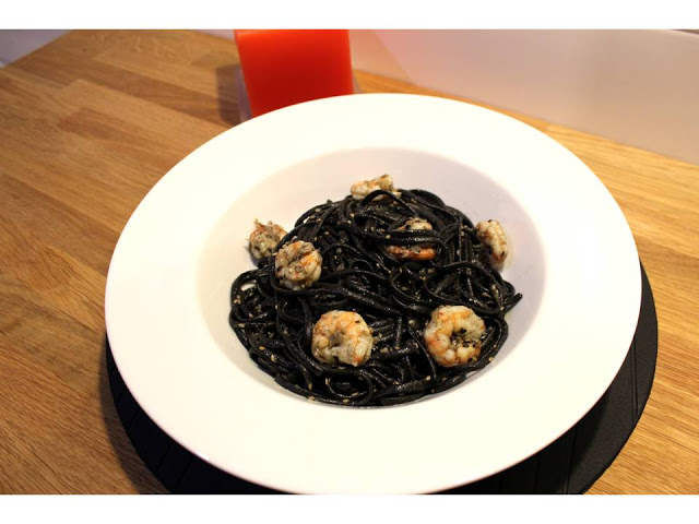 Linguine al nero di sepia com camarões salteados e as cores do Halloween