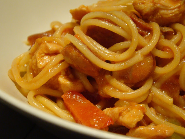 Esparguete com Frango, Tâmaras e Línguiça / Spaghetti with Chicken, Sausage and Dates