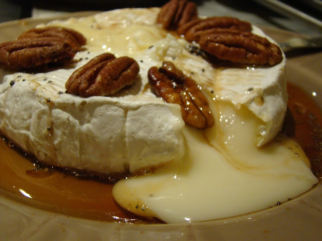 Camembert no Forno com Xarope de Agave e Nozes Pecan / Camembert in the Oven with Agave Syrup and Pecan