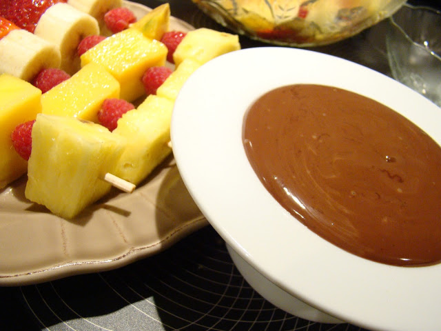Fondue de Chocolate com Espetadas de Fruta / Chocolate Fondue with Fruit Skewers