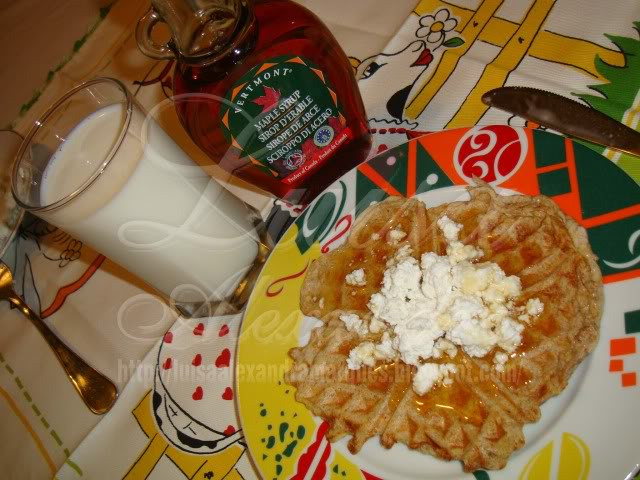 French Toast Waffles Aromatizadas com Flower Power com Requeijão e Maple Syrup