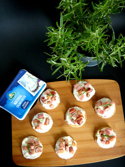 Blinis de cream-cheese e bacon