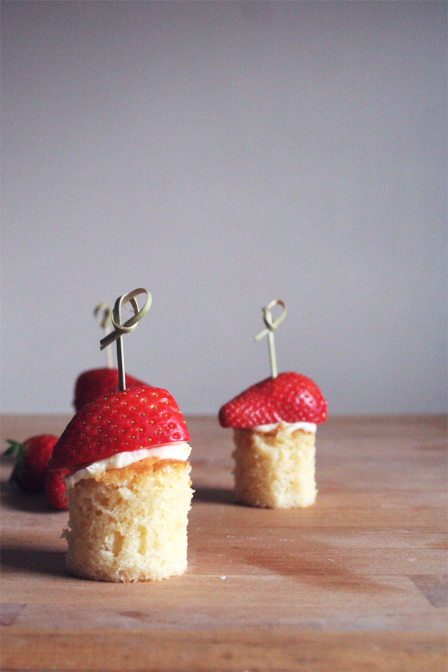 Espetadas de bolo com morangos/ Strawberry and cake on a stick