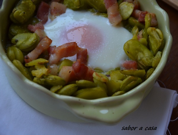 Favas com bacon e ovo no forno