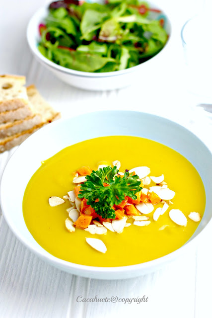 Creme de coentros com topping de cenoura e amêndoa/Coriander soup with almonds and carrots topping