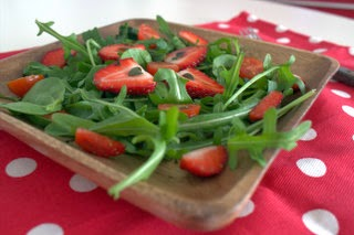 Salada de folhas verdes com morango, tomate-cereja e hortelã / Green leaves salad with starwberry, tomato cherry and mint