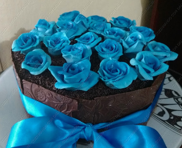 Bolo Decorado com Rosas e Textura de Chocolate