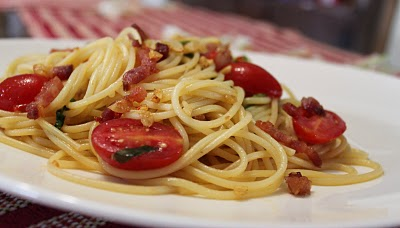 Massa com tomate uva, escarola e bacon