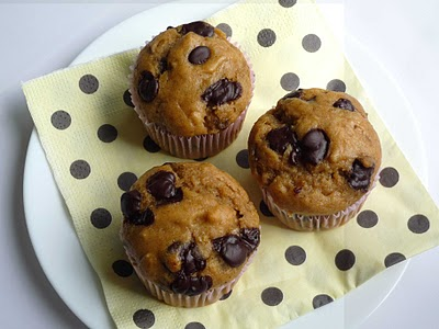 muffins de banana, manteiga de amendoim e chocolate