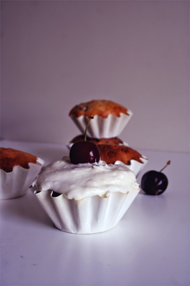 Muffins de cereja e iogurte grego/ cherries and greek yogurt muffins