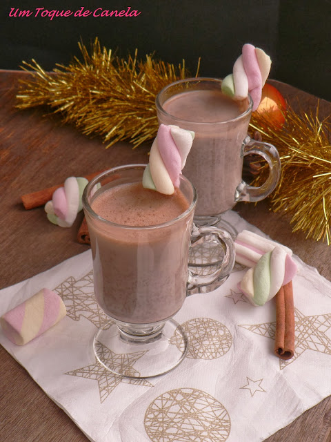 HOT CHOCOLATE COM MARSHMALLOWS E CANELA
