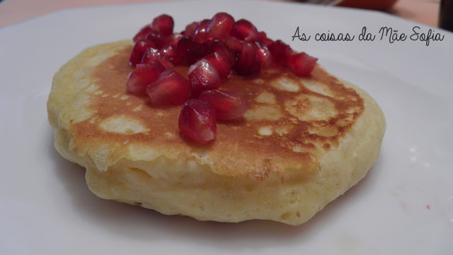 Panquecas de côco com romã / Coconut pancakes with pomegranate jewels