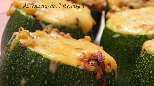 Courgettes recheadas com legumes e bacon / Courgette stuffed with vegetables and bacon
