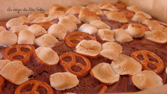 Bolo de Chocolate com Marshmallows e Pretzels