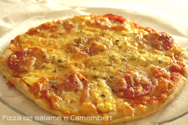 Pizza de salame e camembert