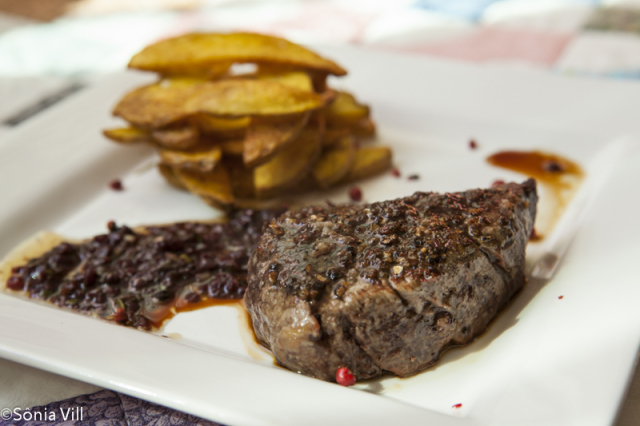Steak au poivre, o bom filet com crosta de pimenta e batatas assadas
