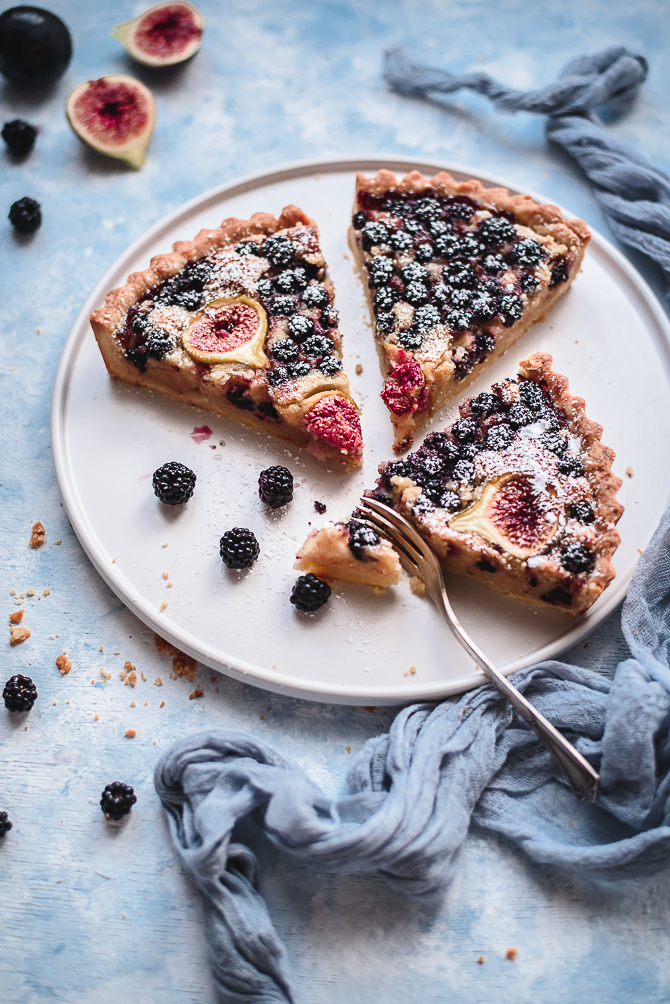 Tarte frangipane de amora e figo // Blackberry fig tart with almond frangipane