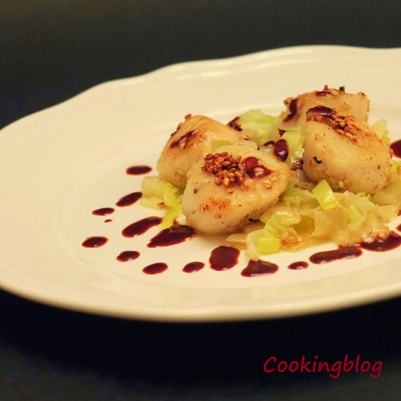 Vieiras com crosta de sésamo e vinagrete de chocolate | Scallops in sesame crust and chocolate vinaigrette