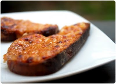 Welsh Rarebit com cebola roxa