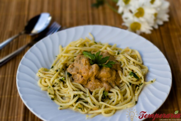 Frango ao curry e limão siciliano com linguini ao pesto