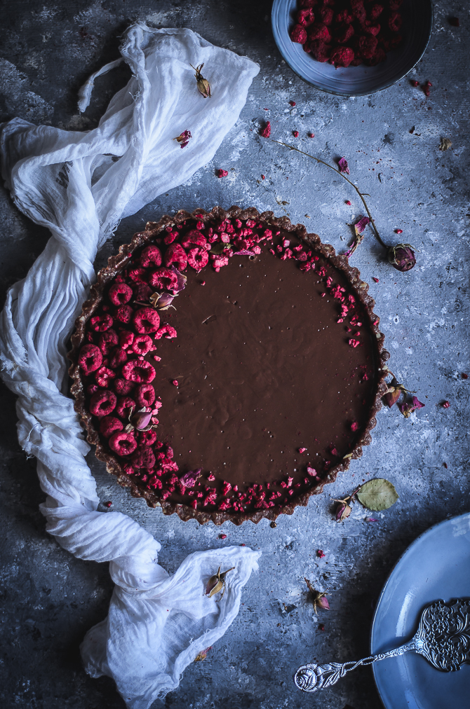 Tarte de chocolate saudável com base de amendoim, sem forno // Raw chocolate tart with peanut crust